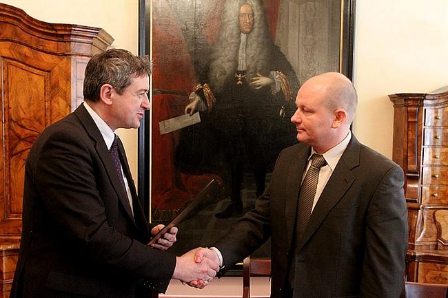 Uroczyste wręcznie zezwolenia przez prezydenta Świdnicy Wojciecha Murdzka